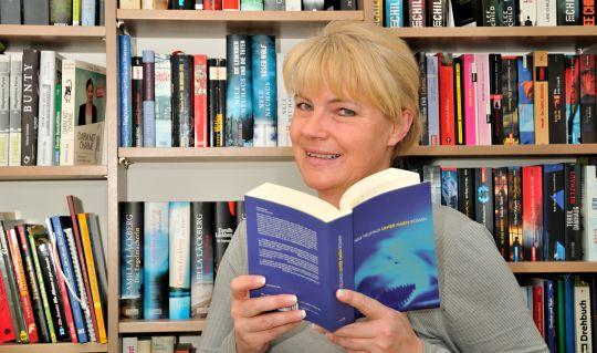 Die bekannte Autorin Nele Neuhaus daheim vor ihrem Bücherregal. Foto: Wolfgang Pfankuch