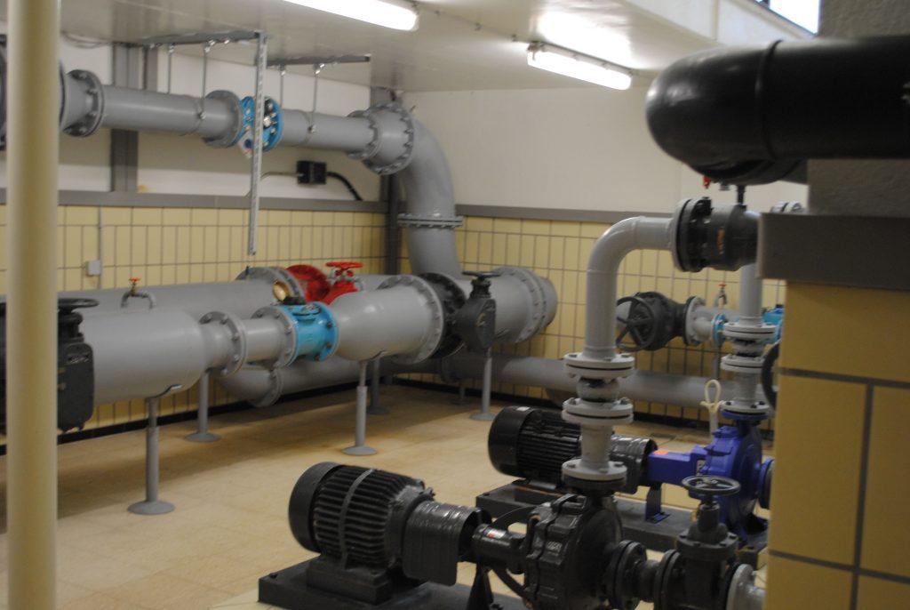 Bild 15: Hochbehälter Gundelhardt: Rohrleitungen und Pumpen